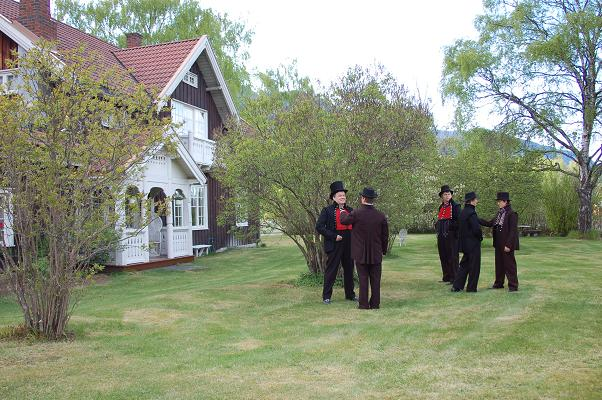 Bunadskledde menn i Hagaled Nesbyen i hagen