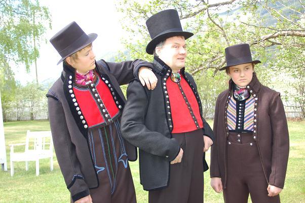 Lars Rumohr Blingsmo, Knut Rumohr Blingsmo og lyder Rumohr Blingsmo i bunad
